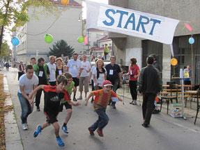 Start/Ziel ist vor der Kirche. Eine Runde ist ca. 400m und geht Rosenackerstraße - Gomperzgasse - zurück zur Kirche.