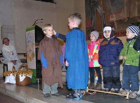 Die Kindergarten Kinder spielten die Geschichte vom heiligen Martin.