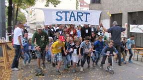 Start/Ziel ist vor der Kirche. Eine Runde ist ca. 400m und geht Rosenackerstraße - Gomperzgasse - zurück zur Kirche. Foto vom Lauf im Oktober 2015.