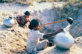 僅かな水をあつめるインドの子ども
