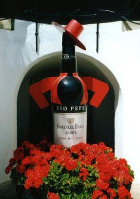 """Tio Pepe  Das von Picasso entworfene Firmen-Logo, das """"Tío-Pepe-Männchen, mit seinem roten andalusischen Hut, ist heute auf dem ganzen Globus Inbegriff der Jerez-Weine und des spanischen Sherry."""