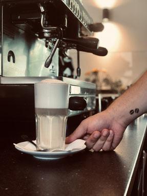 Latte Macchiato zubereitet im BioBarista Café