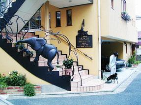 東京ラブリー動物病院の前でお散歩させている犬の画像です