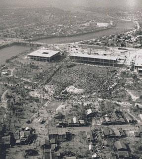 1955年8月6日。まだまだバラックが立ち並ぶ中、6万人が詰めかけた。