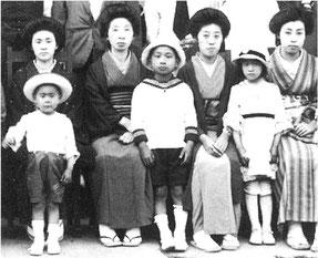 小学2年生の丹下(中央)と母テイ