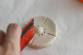 カードやつまようじを使って模様をつけ、1日乾かしておきます