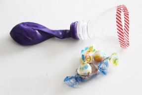 ペットボトルの先端などを使ってお菓子を詰める