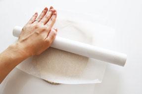 キッチンペーパーとラップの芯を使って粘土を伸ばします(1cm程度の厚さにします)