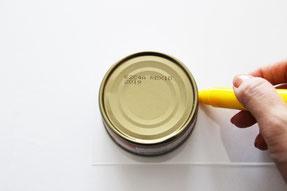 空き缶など丸い型を用意しマジックで円を描く