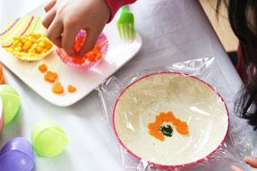 お皿にラップを広げ、具材を並べます