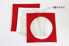フェルトをマグカップより大きい正方形を2枚、厚紙と無地の布をフェルトより一回り小さく1枚ずつ切取ります。フェルトの1枚は丸く切取ります。