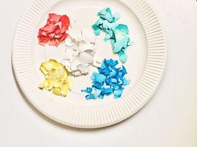 絵の具や食紅でペイントした殻を小さく割ります
