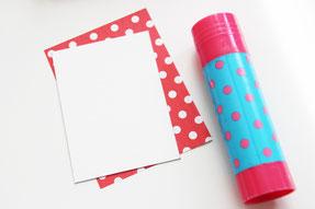 カードサイズの厚紙と一回り大きい折り紙を用意