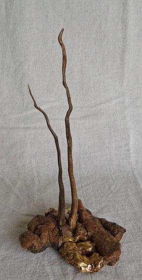 Sans Titre. Ecorce flottée, racines de verveine.  feuilles d'or 23 carats