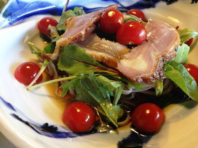 自家製鶏ムネ肉燻製「鶏くんサラダころそば」