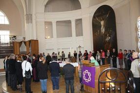 Епископ Дитрих Брауэр и пастор Ханс Крех преподают Причастие на богослужении в Пальмовое воскресенье в соборе свв. Петра и Павла в Петербурге