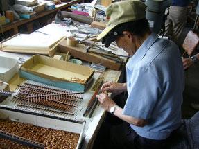 珠をセットするのも手作業です。