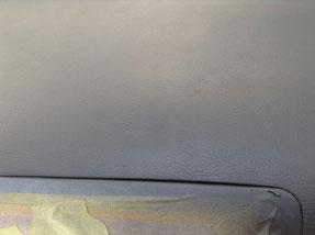 レガシィのダッシュボード傷 両面・固定テープ痕 ひび割れ