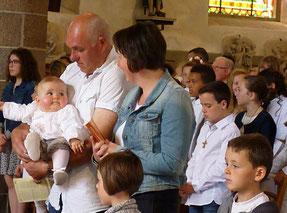 Enfin, après avoir entendu les jeunes réaffirmer la foi de leur baptême, c'est une future baptisée qui est présentée à l'assemblée. Pas avare de sourires, Flore nous fait la joie d'entrer ce mois-ci  dans notre communauté catholique.