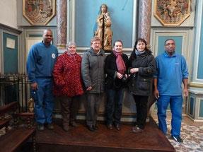Les personnes présentes à la mise en place de la statue : les personnes qui ont assuré le convoyage, les responsables du relais de St Matthieu, la directrice du Musée de Morlaix, la restauratrice.