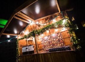 Weihnachtliche Hütte mit Lichterketten