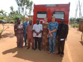 Übergabe des BDW an Dr. Babagbeto (Mitte) und den Vertreter des Gesundheitsministeriums (re).