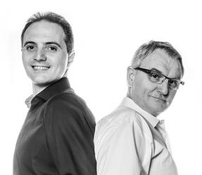 DJ-Brothers Ludwigsburg Titelbild in schwarz-weiß links Udo rechts Franz Rücken an Rücken angelehnt