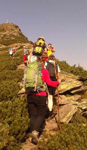 Familien auf dem Weg zum Gipfel