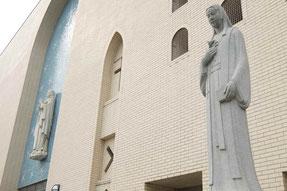 カトリック玉造教会のガラシャ石像(右)