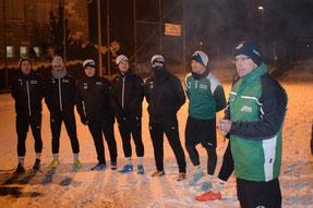 Trainer Günter Bayer und Spieler beim Trainingsauftakt.