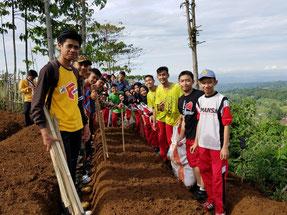 近くの山に他の学校の生徒と一緒に畑をつくって、野菜を育てています