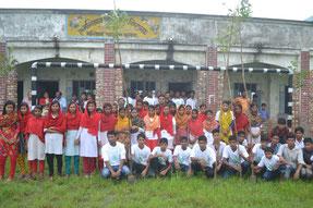 学校の周りを囲むように苗木を植えました。早く大きく育って、おいしい実をつけますように!
