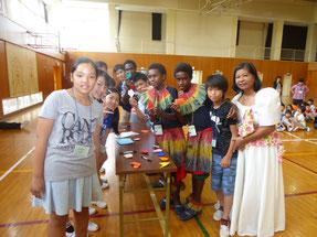 大花羽小学校では、折り紙など日本の文化を通じて交流