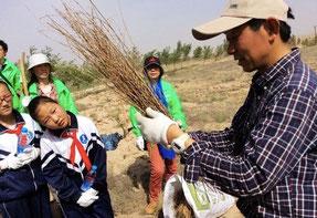 苗木の植え方を真剣に学ぶ子どもたち