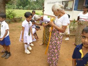 村のお年寄りを招いて、昔の地域の様子や生活方法について学びました