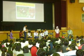 自国でのCFP活動を報告する親善大使(三吉小学校)