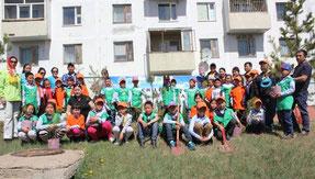 植林後の記念写真。緑色の服を着たエコクラブの子 どもたちが中心になって活動を行いました