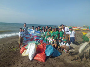 海の生態系を守るため、海岸の清掃活動にも取り組んでいます