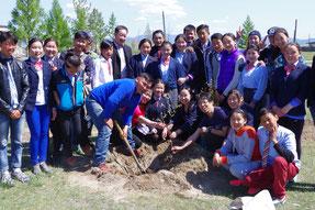 グリーンウェイブを記念した植樹。モンゴル桜やラ イラック等を植えました
