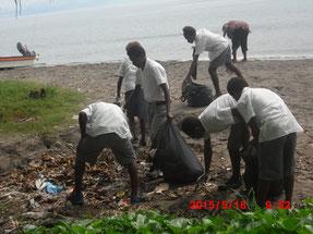 皆で協力して、海岸のゴミ拾いも行いました!