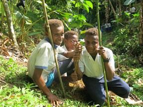 初めての植林活動に笑顔がはじける子どもたち