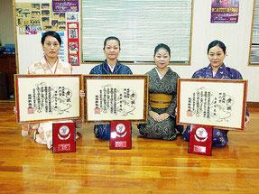 新人賞受賞を報告した(右から)上原さん、平田師匠、長田さん、中村さん=3日夜、平田弘子琉舞道場