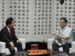 翁長知事を訪問した山本地方創生担当相(左)=23日、県庁