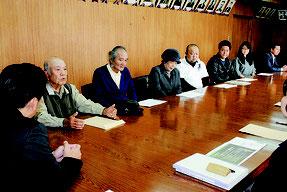 平久保地区のサガリバナ群落観光地化を要請した保存会と公民館メンバー=19日午後、市役所