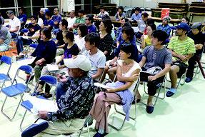 説明会には住民50人が出席した=15日夜、白保公民館