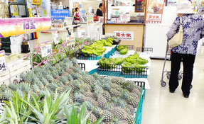 台風の影響で旧盆前の品薄が懸念される=5日午前、市内大型スーパー店