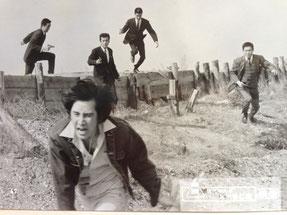 東映東京撮影所時代・田村正和を追い、中央で拳銃を構える竹垣悟。東映スチール写真より