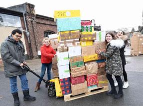 Jugendliche der Realschule an der Josefskirche beladen einen Container mit Hilfsgütern: v.l. Leander (15), Anna Lena (zwölf), Amelie (13) und Alexia (14).⇥RP-Foto: Knappe