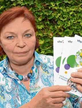 VHS-Leiterin Petra Hüser mit den neuen Programmheften.