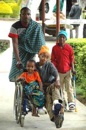 Die junge Familie freut sich über die ärztliche Unterstützung